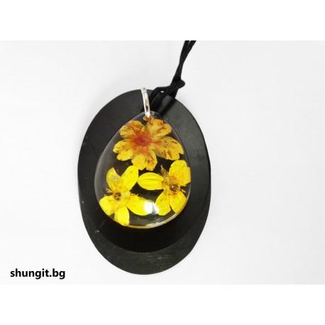Медальон от шунгит и висулка от смола с естествени цветя
