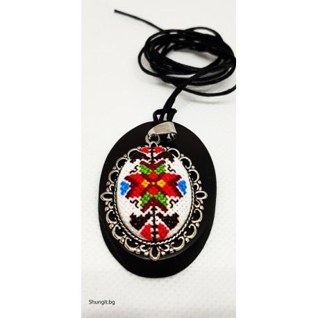 Медальон от шунгит и висулка с български шевици